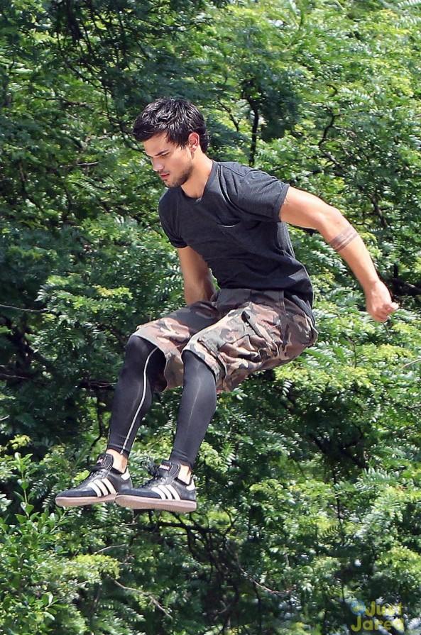 """""""Người Sói"""" Taylor Lautner trổ tài nhảy xa 1"""