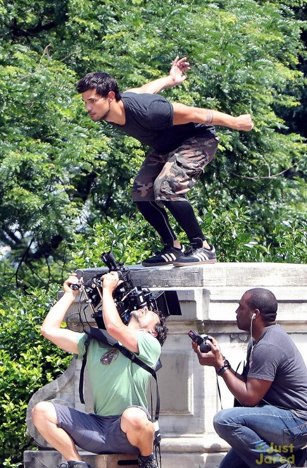 """""""Người Sói"""" Taylor Lautner trổ tài nhảy xa 2"""