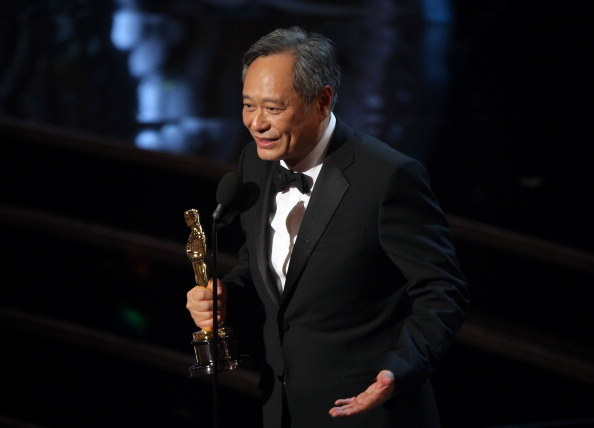 """""""Argo"""" vô địch Oscar, Nữ chính xuất sắc vấp ngã khi lên nhận giải 47"""