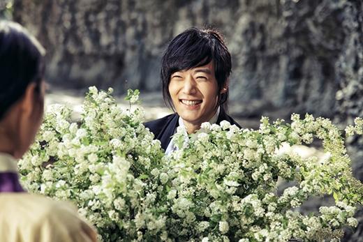 """Lee Yeon Hee """"choáng ngợp"""" vì bó hoa to-hơn-người 1"""