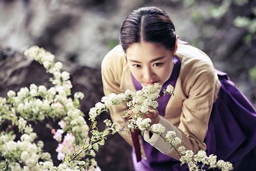 """Lee Yeon Hee """"choáng ngợp"""" vì bó hoa to-hơn-người 4"""
