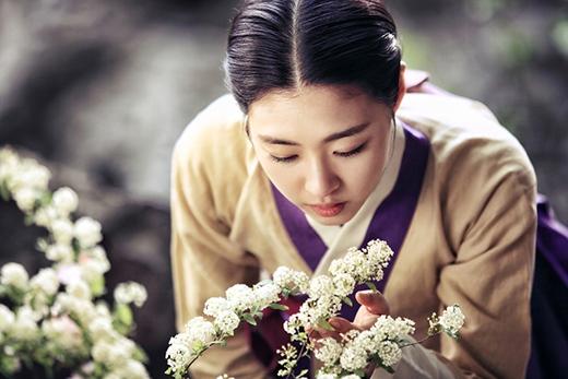 """Lee Yeon Hee """"choáng ngợp"""" vì bó hoa to-hơn-người 3"""