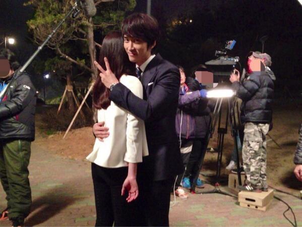 """Được ôm mỹ nhân, Song Seung Hun """"hớn"""" ra mặt 1"""