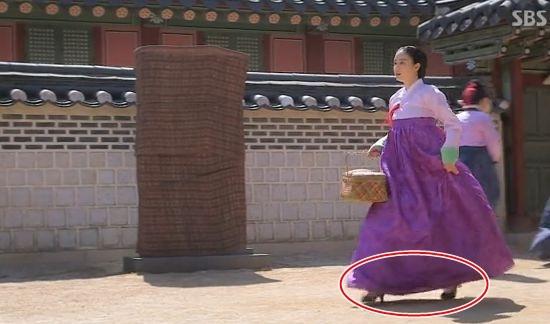 Kim Tae Hee gây tranh cãi vì... đi giày cao gót 1
