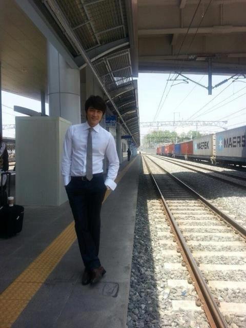 """Song Seung Hun """"sướng rơn"""" vì được người đẹp nhào vào lòng 9"""