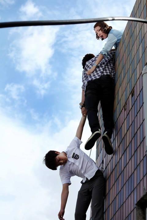 Taecyeon (2PM) bị treo lơ lửng trên nóc nhà 3
