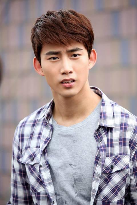 Taecyeon (2PM) bị treo lơ lửng trên nóc nhà 4