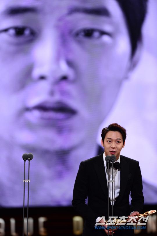 Vượt mặt nhiều tên tuổi, Park Yoo Chun lên ngôi tại Rồng Xanh 2014 2