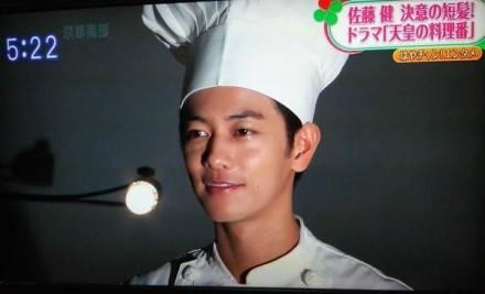 """Sato Takeru từ lữ khách """"Kenshin"""" lạnh lùng xuống tóc, vào bếp nấu ăn 2"""