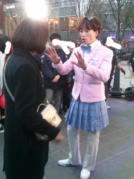 Ji Sung gây sốc khi mặc váy chạy loạn xạ trên phố 5