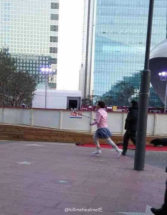 Ji Sung gây sốc khi mặc váy chạy loạn xạ trên phố 3