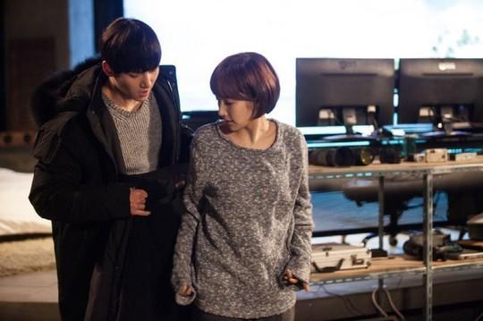 Ji Chang Wook tình tứ khoác áo cho Park Min Young 1
