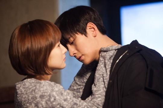 Ji Chang Wook tình tứ khoác áo cho Park Min Young 2