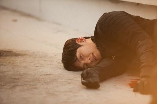 Ji Chang Wook tình tứ khoác áo cho Park Min Young 4