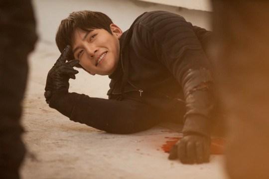 Ji Chang Wook tình tứ khoác áo cho Park Min Young 5