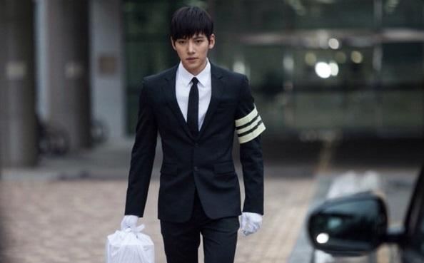 Ji Chang Wook tình tứ khoác áo cho Park Min Young 7