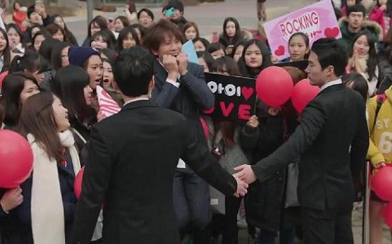 Khán giả phấn khích khi Ji Sung vào vai fan cuồng 2