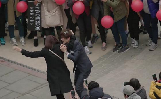 Khán giả phấn khích khi Ji Sung vào vai fan cuồng 3