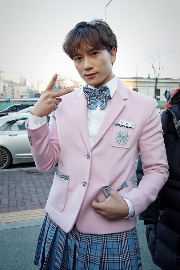 """""""Nữ sinh váy hồng"""" Ji Sung ẩu đả với bạn gái giữa phố xá 4"""