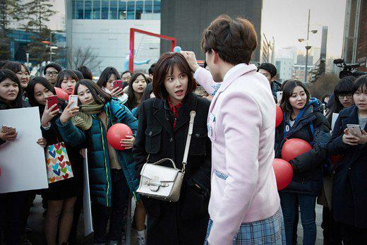 """""""Nữ sinh váy hồng"""" Ji Sung ẩu đả với bạn gái giữa phố xá 5"""