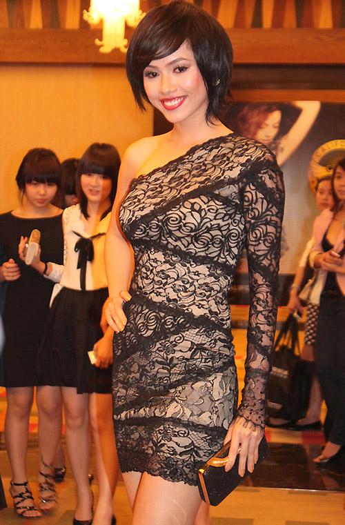 Muôn kiểu phong cách thời trang của sao Việt với tóc ngắn 27