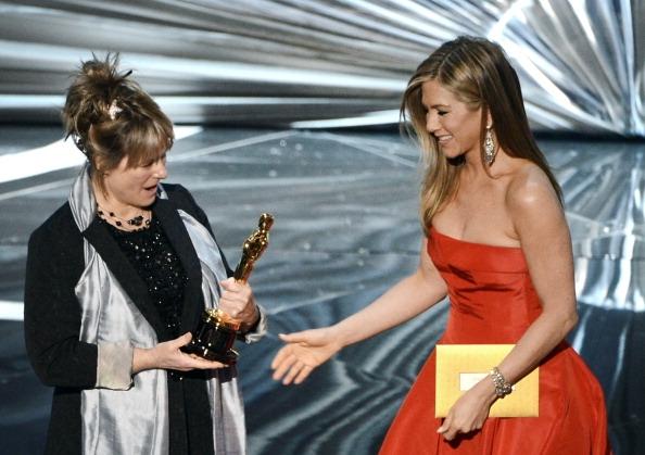 """""""Argo"""" vô địch Oscar, Nữ chính xuất sắc vấp ngã khi lên nhận giải 22"""