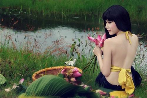Muôn vẻ mỹ nhân Việt khoe sắc bên hoa sen 8