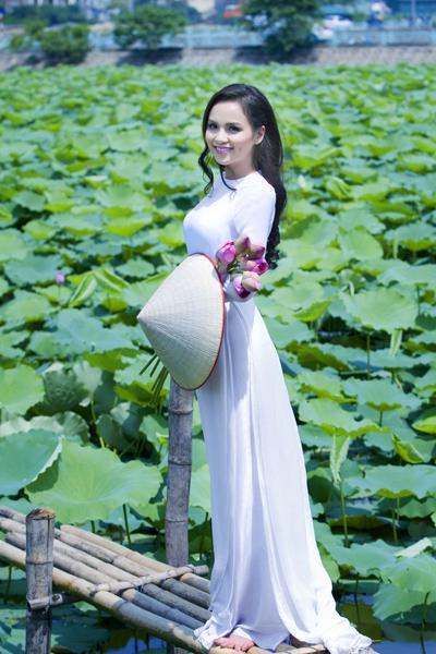 Muôn vẻ mỹ nhân Việt khoe sắc bên hoa sen 6