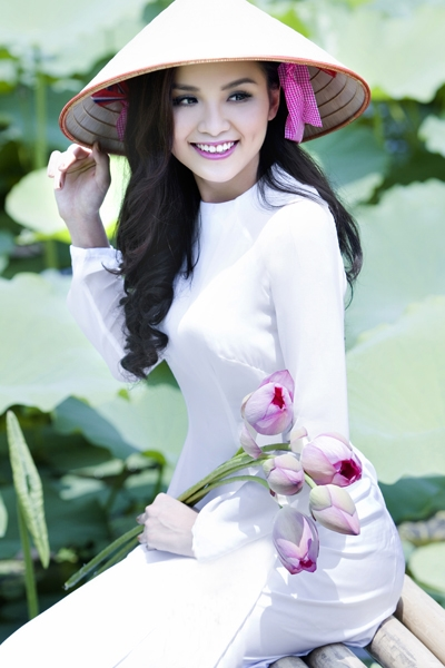 Muôn vẻ mỹ nhân Việt khoe sắc bên hoa sen 7