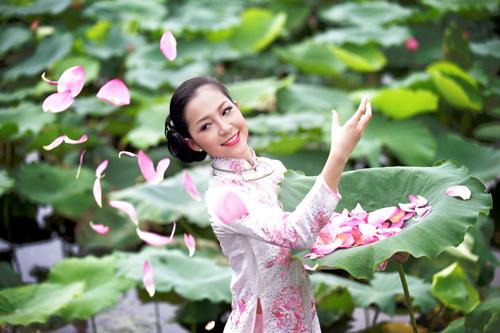 Muôn vẻ mỹ nhân Việt khoe sắc bên hoa sen 4
