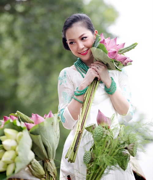 Muôn vẻ mỹ nhân Việt khoe sắc bên hoa sen 5