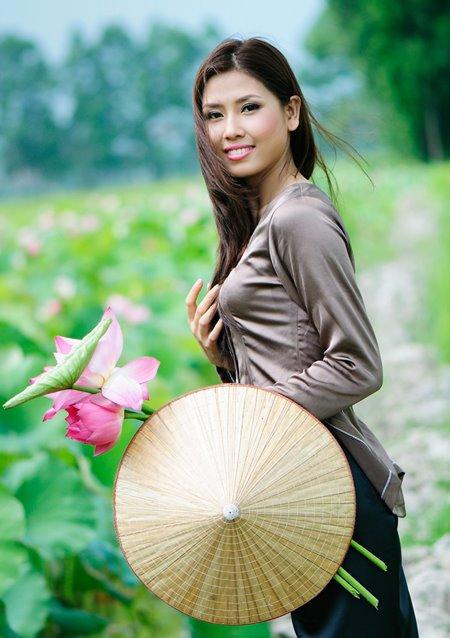 Muôn vẻ mỹ nhân Việt khoe sắc bên hoa sen 24