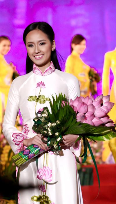 Muôn vẻ mỹ nhân Việt khoe sắc bên hoa sen 26
