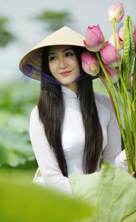 Muôn vẻ mỹ nhân Việt khoe sắc bên hoa sen 13