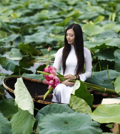 Muôn vẻ mỹ nhân Việt khoe sắc bên hoa sen 12
