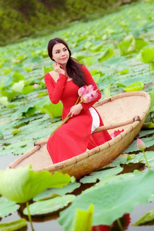 Muôn vẻ mỹ nhân Việt khoe sắc bên hoa sen 16