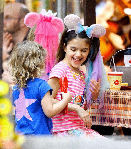 Bé Suri Cruise rạng rỡ khi được mẹ cõng đi chơi Disneyland 5