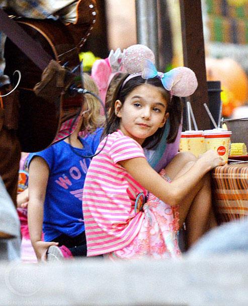 Bé Suri Cruise rạng rỡ khi được mẹ cõng đi chơi Disneyland 6