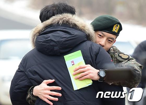 Se7en cực bảnh trai trong ngày xuất ngũ, xin lỗi về scandal 7