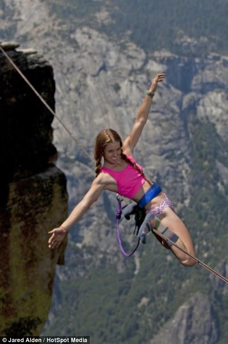 Hai cô gái can đảm di chuyển ở độ cao hơn 1.000m  1