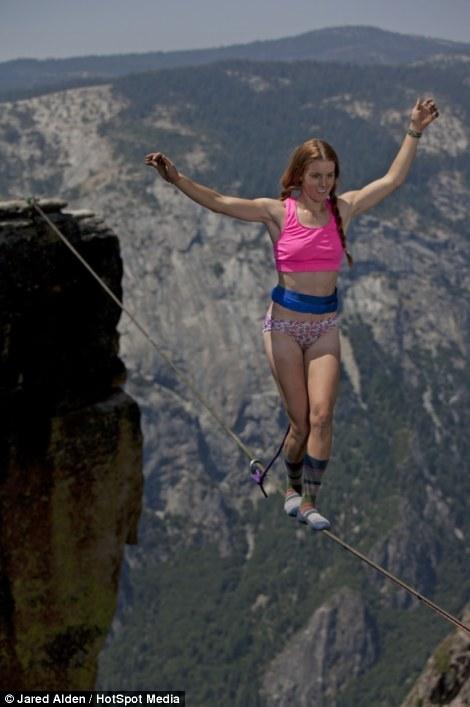 Hai cô gái can đảm di chuyển ở độ cao hơn 1.000m  2