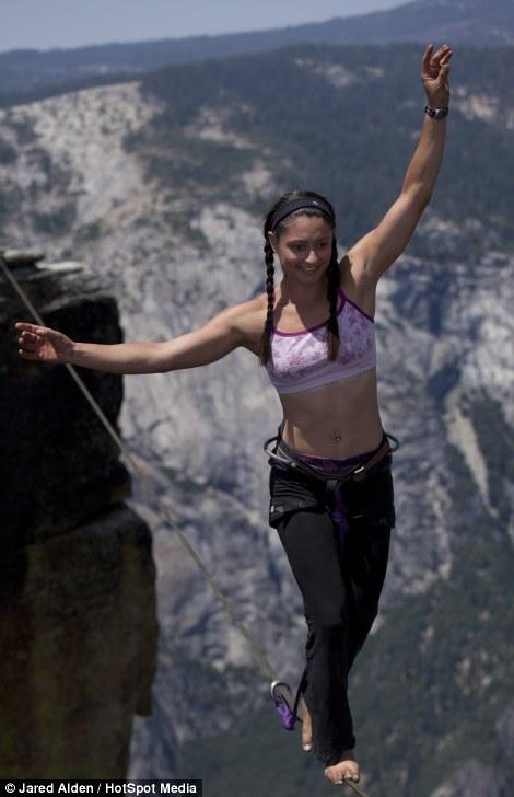Hai cô gái can đảm di chuyển ở độ cao hơn 1.000m  3