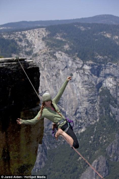 Hai cô gái can đảm di chuyển ở độ cao hơn 1.000m  8