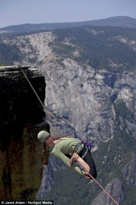 Hai cô gái can đảm di chuyển ở độ cao hơn 1.000m  9