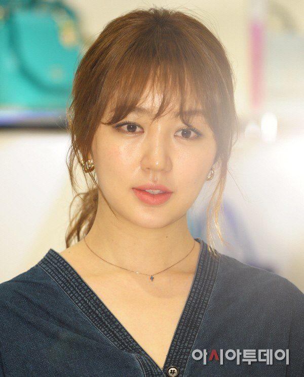 Yoon Eun Hye giản dị nhưng vẫn nổi bật trong sự kiện 8