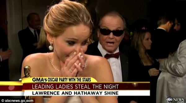 Jennifer Lawrence phân trần chuyện ngã khi nhận giải Oscar 8