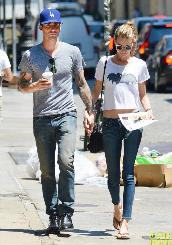 Adam Levine tình tứ với vợ chưa cưới trên phố 1