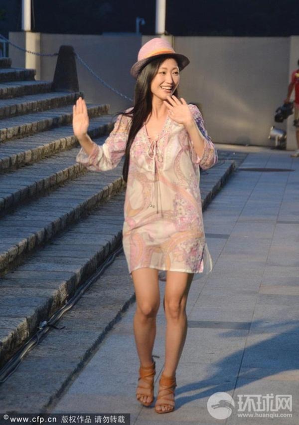 Nữ diễn viên Nhật bất ngờ lột váy trên sân khấu 1