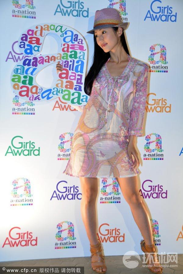 Nữ diễn viên Nhật bất ngờ lột váy trên sân khấu 2