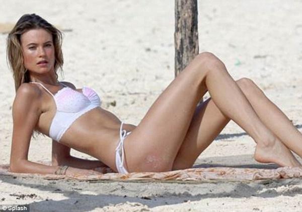 """Vợ chưa cưới của Adam Levine khoe dáng """"ngọt"""" với bikini 7"""